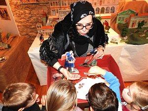 Na výstavě Půjdem spolu do Betléma, která je k vidění ve velkém sále Regionálního muzea Mělník do 6. ledna, probíhají speciální programy pro školy.