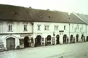 Západní strana náměstí Míru: vlevo barokní dům (nyní budova Komerční banky), druhý dům zleva je č.p. 27. Na fasádě byla umístěna socha sv. Jana Nepomuckého. Snímek z doby před rokem 1890. Před rokem 1870 bylo v přízemí čtyř domů průchozí podloubí.