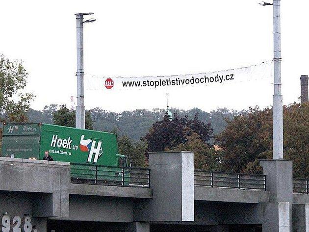 Na kralupském Masarykově mostě visí transparent, vyzývající obyvatele k připojení k petici proti zřízení mezinárodního letiště ve Vodochodech.