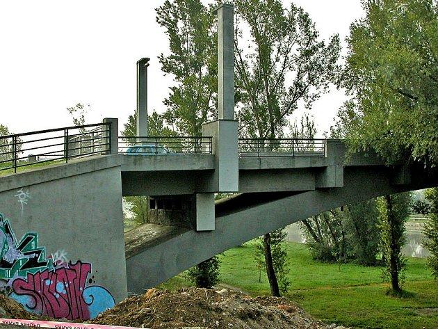 Cyklostezky na pravém břehu řeky spojí pod Masarykovým mostem ocelová lávka. Stavba za skoro tři miliony korun má skončit v listopadu letošního roku.   Projekt má přispět k bezpečnějšímu provozu na hlavním tahu městem, kde si zatím cyklisté často zkracují