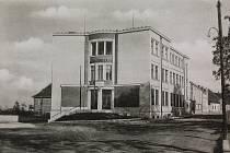 Pošta v Tyršově ulici byla postavena v letech 1936 až 1937. Fotografie pochází z roku dokončení budovy, 1937.