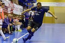 Futsalisté Chrudimi (v bílém) v úvodním utkání čtvrtfinalové série nezaváhali, Mělník porazili 10:1.