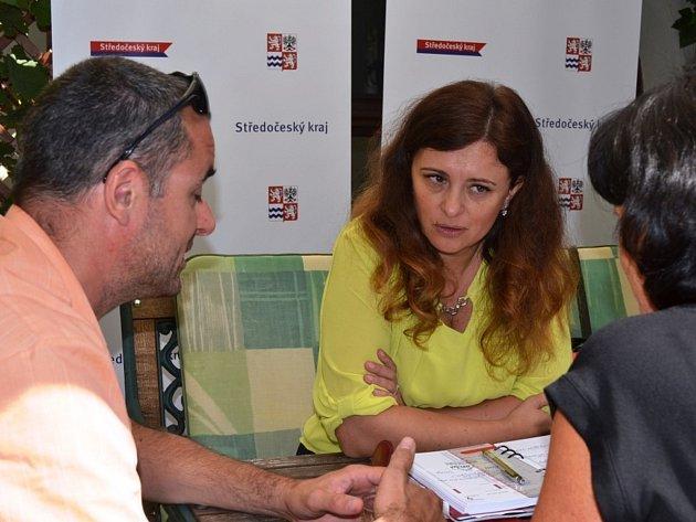 Hejtmanka Středočeského kraje Jaroslava Pokorná Jermanová debatovala s občany v kavárně v atriu Regionálního muzea v Mělníku.