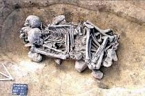 HROBY. K nálezům patřil i několikanásobný pohřeb ze starší doby bronzové.