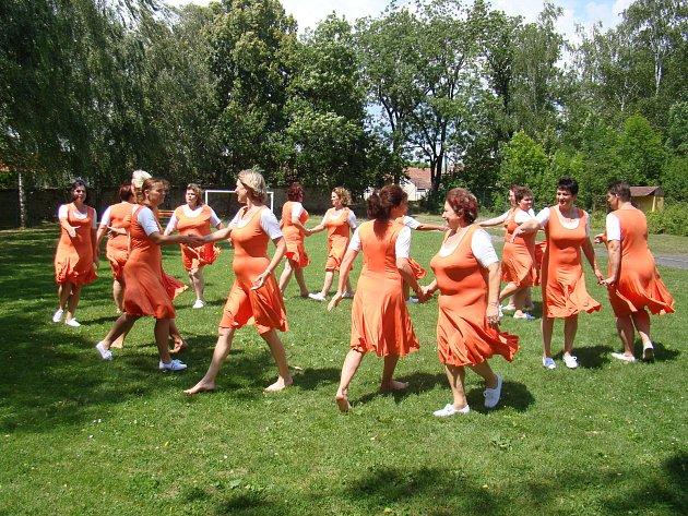 Kelské ženy jsou jedinou skupinou na Mělnicku, která nacvičuje skladbu na letošní všesokolský slet. Mezi cvičenkami jsou především zaměstnankyně základní školy ve Klích.