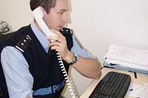 ZMĚNA. Policista ve službě už na příchozí nevykukuje úzkým zamřížovaným okénkem, ale je s nimi v přímém kontaktu.