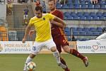 POPRAVIL I DUKLU. Jedním z podzimních zápasů, které Stanislav Klobása (ve žlutém) rozhodl, byl ten s pražskou Duklou.