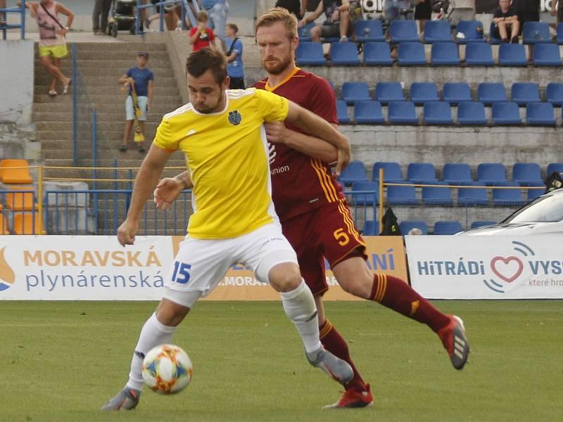 Jedním z podzimních zápasů, které Stanislav Klobása (ve žlutém) rozhodl, byl ten s pražskou Duklou.