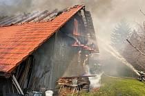 Rozsáhlý požár v sobotu před pátou odpolední zachvátil rodinný dům v obci Úžice na Mělnicku. Přesněji – plameny vyšlehly nedaleko potoka Černávka; v osadě Netřeba.