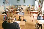 První den výuky devátých ročníků po koronavirové pauze v pondělí 11. května na základní škole na Komenského náměstí v Kralupech nad Vltavou na Mělnicku.