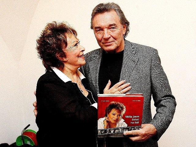 Na křtu knihy byl Jiřině Bohdalové pogratulovat také zpěvák Karel Gott.