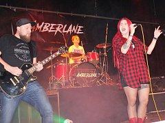 V sále kralupského kulturního a společenského střediska Vltava (KaSS) v úvodu listopadového hudebního festiválku zaujala místní kapela Amberlane.
