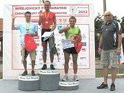 Vítězové hlavní mužské kategorie spolu s krajským radním Milanem Němcem.