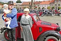 Veltruské náměstí burácelo téměř stovkou motorů různých kubatur při zastávce během spanilé jízdy vypravené z Kralup nad Vltavou pod názvem Švejkovy motomanévry.