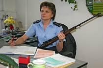 Policistka Renáta Řízková z oddělení pro zbraně a bezpečnostní materiál zapisuje identifikační údaje donesených zbraní