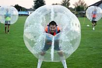 Adrenalin v podobě zorbing fotbalu si v rámci tréninku vyzkoušel také Petr Hyka.