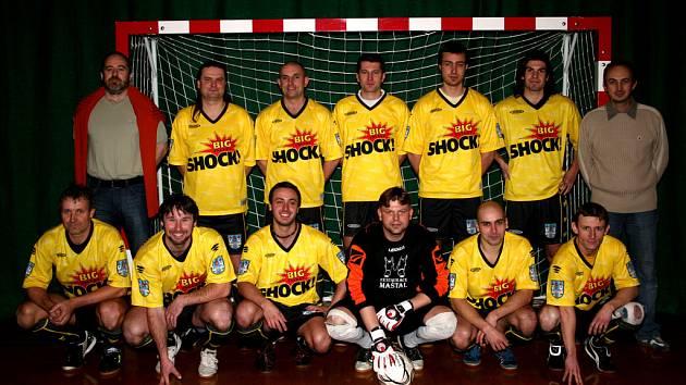 AFC Kralupy - stojící zleva: Louček, Slach, Urban, Karas, Janouškovec, L. Moravec a předseda klubu P. Listík, sedící zleva: A. Moravec, Mára, J. Pavlíček, Pelc, V. Pavlíček a L. Koláček.