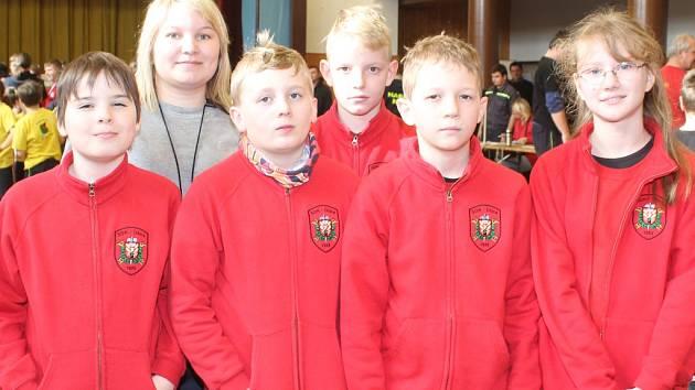 Družstvo mladších žáků Sboru dobrovolných hasičů Úžice ve věku od devíti do jedenácti let, (zleva) Dominik, Kryštof, Lukáš, Jan a Lucie spolu se svou vedoucí Lenkou Richterovou.