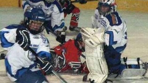 Skrumáž před brankou kralupských hokejistů šestých tříd, kteří se na domácím ledě podělili o body s týmem Náchod/Králův Dvůr