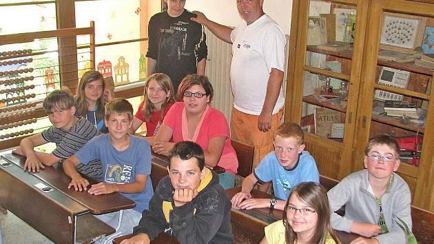 Učitel Základní školy Komeského Kly Libor Tichota se svými šesťáky.