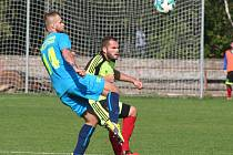 Fotbalisté Neratovic (v modrém) v předehrávce 8. kola divize B porazili po bezbrankovém průběhu Motorlet Praha na penalty.