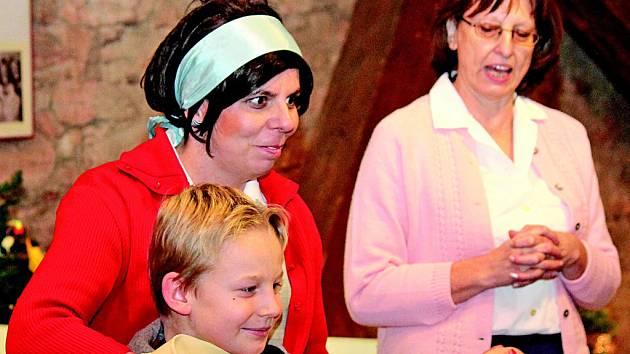 Interaktivní výstavou školáky prováděly muzejní pedagožka Jitka Králová (v červeném) a etnografka Naďa Černá (vzadu).