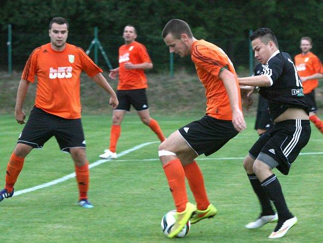 Souboj Podlesí s Dobříší rozsoudil až penaltový rozstřel. Na snímku jsou zleva domácí Ondřej Kocourek a Petr Mezera s dobříšským Martinem Tranem.