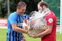 Fotbalisté Slavoje Stará Boleslav popřáli v rámci přípravného utkání s Vinoří hrajícímu trenérovi Miroslavu Sunkovskému k padesátým narozeninám.