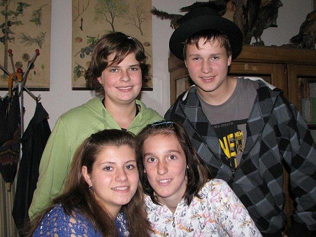 RADKA Dvořáková (vlevo nahoře), Vašek Nerad, Martina Hronová (vlevo dole) a Bára Lišková letos v kelské základní škole skončí. Všichni ale už mají jasné představy o své budoucnosti, a tak se s nimi za pár let možná setkáme v právnické kanceláři, ve škole,