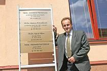 Budova zdravotního středisla byla podle starosty Byšic Juraje Brnuly (na snímku) před opravou ve špatném stavu.