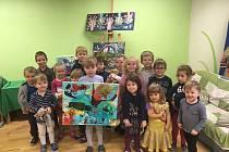 Letošní dražba obrazů malých umělců vynesla rekordní částku 17.550 korun.
