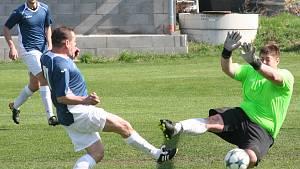 Fotbalisté TJ Kly (v červeném) prohráli v 15. kole okresního přeboru s vedoucím týmem soutěže FK Kralupy 1901 1:6.