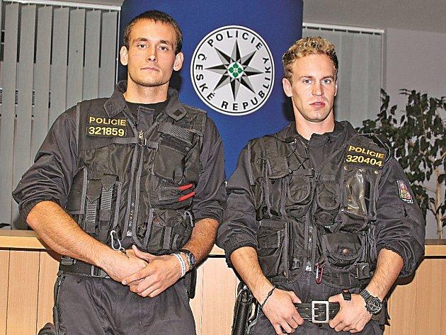 Policisté (zleva) Tomáš Svoboda a Martin Holoubek jsou oba u policie čtyři roky.