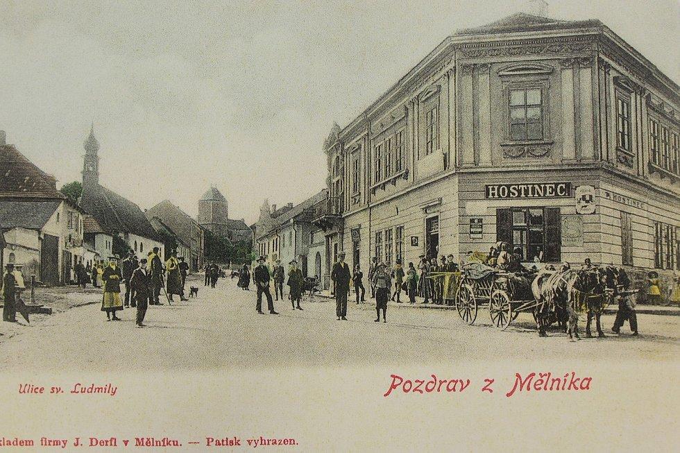 V roce 1902 stál na rohu ulic Fibichovy a Pražské hostinec. Vlevo je vidět kostel sv. Ludmily, vzadu Pražská brána. Na místě hostince byla v letech 1936 - 37 postavena budova Okresní hospodářské záložny.