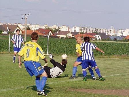 Přestože se zárybský brankář Kvasnička činil, musel na hřišti favorita pětkrát pro míč do sítě. Fotbalisté FK Neratovice/Byškovice se proti Zárybům rozloučili se hřištěm v Byškovicích.