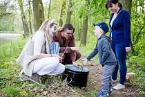 Děti s rodiči si v Mlékojedech u Neratovic zasoutěžily za slunečného počasí v lese plném pohádkových postaviček.