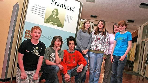 ĆLENOVÉ historického kroužku spolužákům výstavou připomínají osudy Anny Frankové.