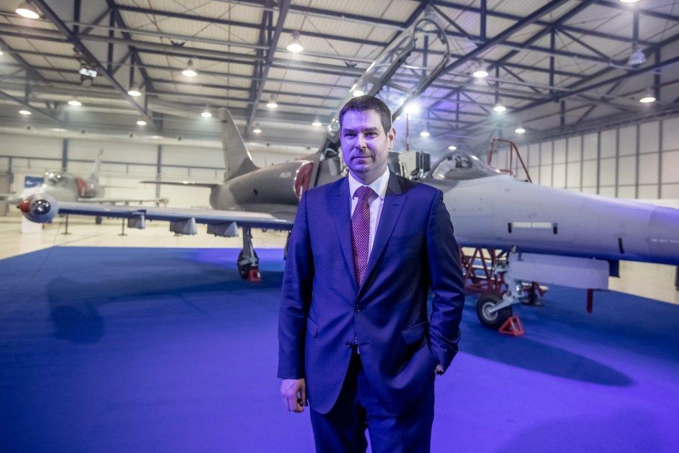 Nový letoun L-159 představila společnost Aero Vodochody 31. března ve svém areálu v Odoleně Vodě u Prahy. Na snímku budoucí ministr průmyslu a obchodu Jiří Havlíček.