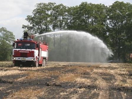 U Mělnické Vrutice hořel lán pole o přibližné rozloze 10 x 100 metrů.