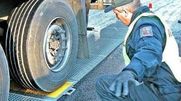ODHALENÍ. Policejní váhy kamiony neošidí.