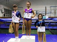 Anna Tyllerová (uprostřed) vyhrála mistrovství ČR mladších žákyň už podruhé.