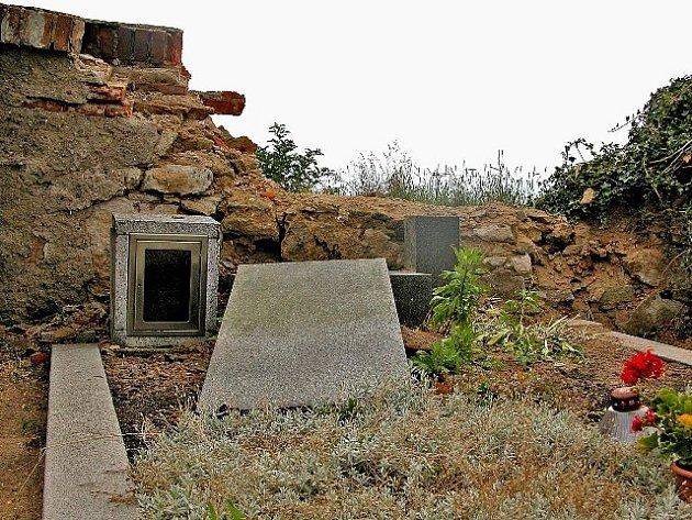 DÍLO neznámého řidiče, který po nárazu do hřbitovní zdi zbaběle zmizel. Zůstala po něm pořádná spoušť  a smutek lidí, kteří se starají o hroby  s povalenými náhrobky za zničenou zdí.