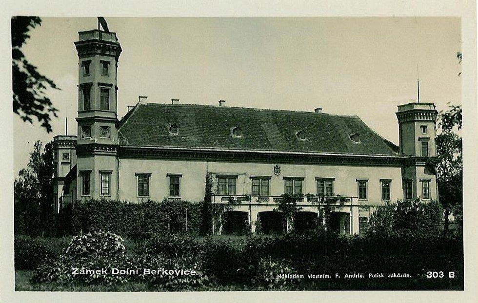 Zámek v Dolních Beřkovicích na dobové pohlednici.