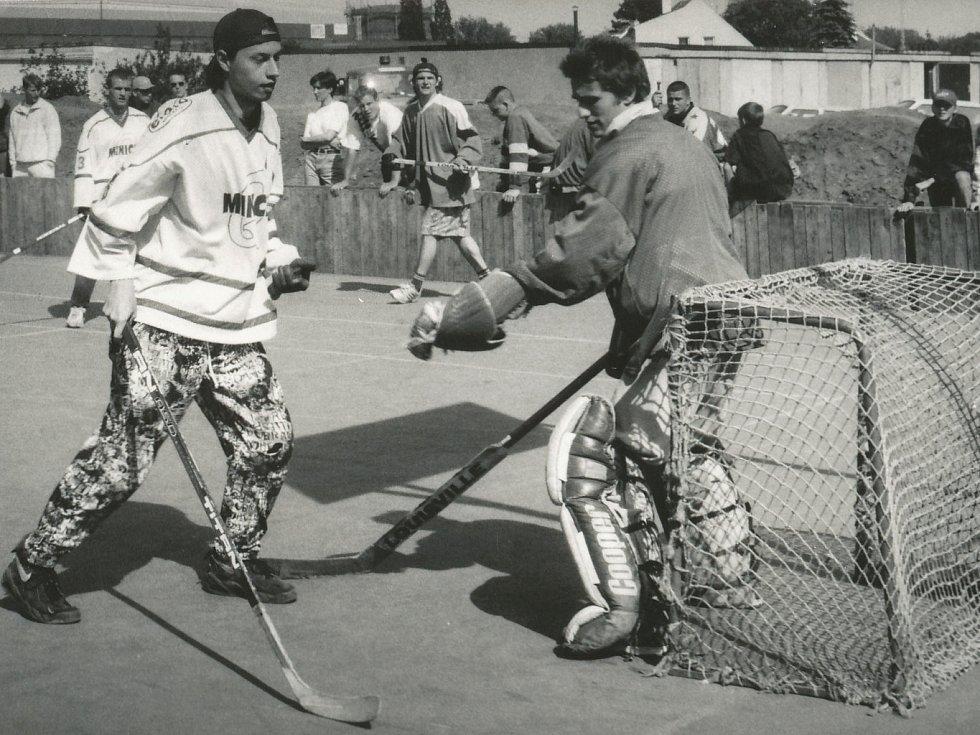 Kapitán Minice Quijotes Jindřich Kohm před brankářem JOY ´N´Teamu Alešem Jíšou. Fotografie je z druhé sezony soutěží AHL ze čtvrtfinále Petroniova poháru v roce 1997.
