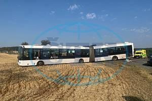 Z nehody autobusu u obce Líbeznice