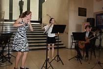 Základní umělecká škola Mělník se představila v kulturním domě koncertem na schodech.