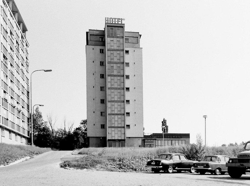 Hotel Ludmila byl rekonstruován z objektu ubytovny Elektrárny Mělník na restauraci s hotelem. Objekty restaurace, kuchyně a zázemí byly přistavěny začátkem 70. let minulého století.