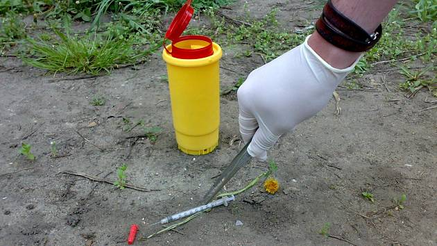 Terénní pracovníci občanského sdružení Semiramis pomáhají mimo jiné se sběrem injekčních stříkaček.