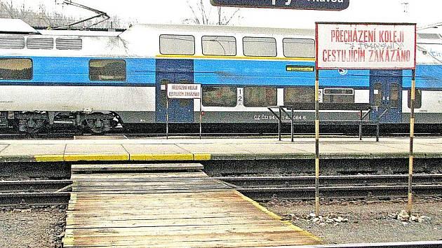 Na nádraží v Kralupech nad Vltavou vyhasl v polovině loňského prosince život šestačtyřicetiletého muže, který si zkracoval cestu přes koleje po nepovoleném služebním přechodu.