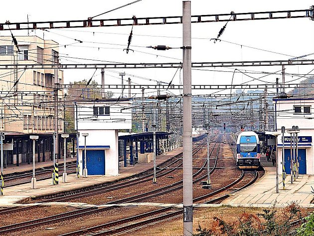 Přes služební přechod na vlakovém nádraží v Kralupech nad Vltavou (na snímku) si denně zkracují cestu desítky lidí. Vlaky v tomto místě projíždějí rychlostí osmdesát kilometrů za hodinu.